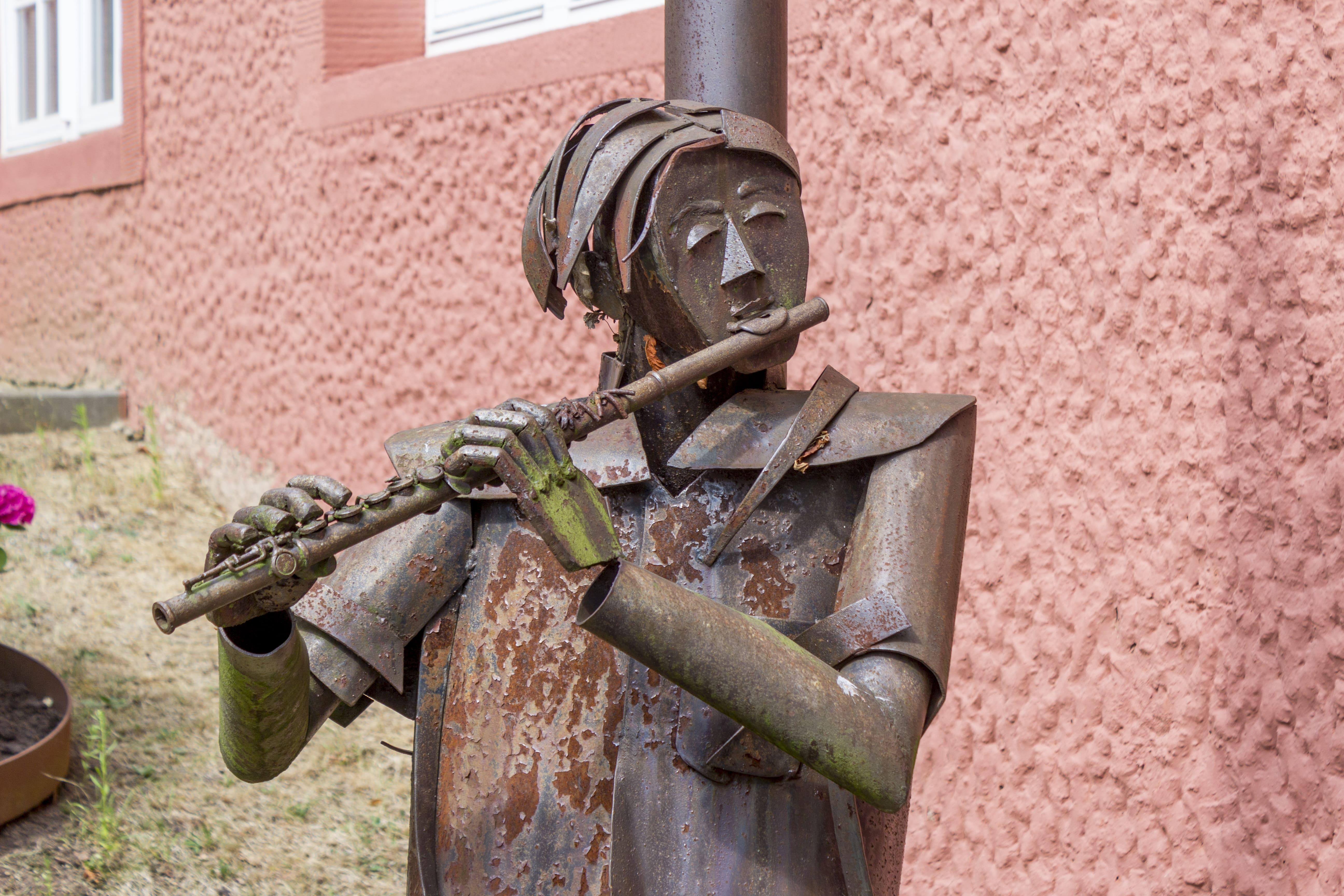 Flötenspieler im Skulpturengarten des ZHTK Wetzlar