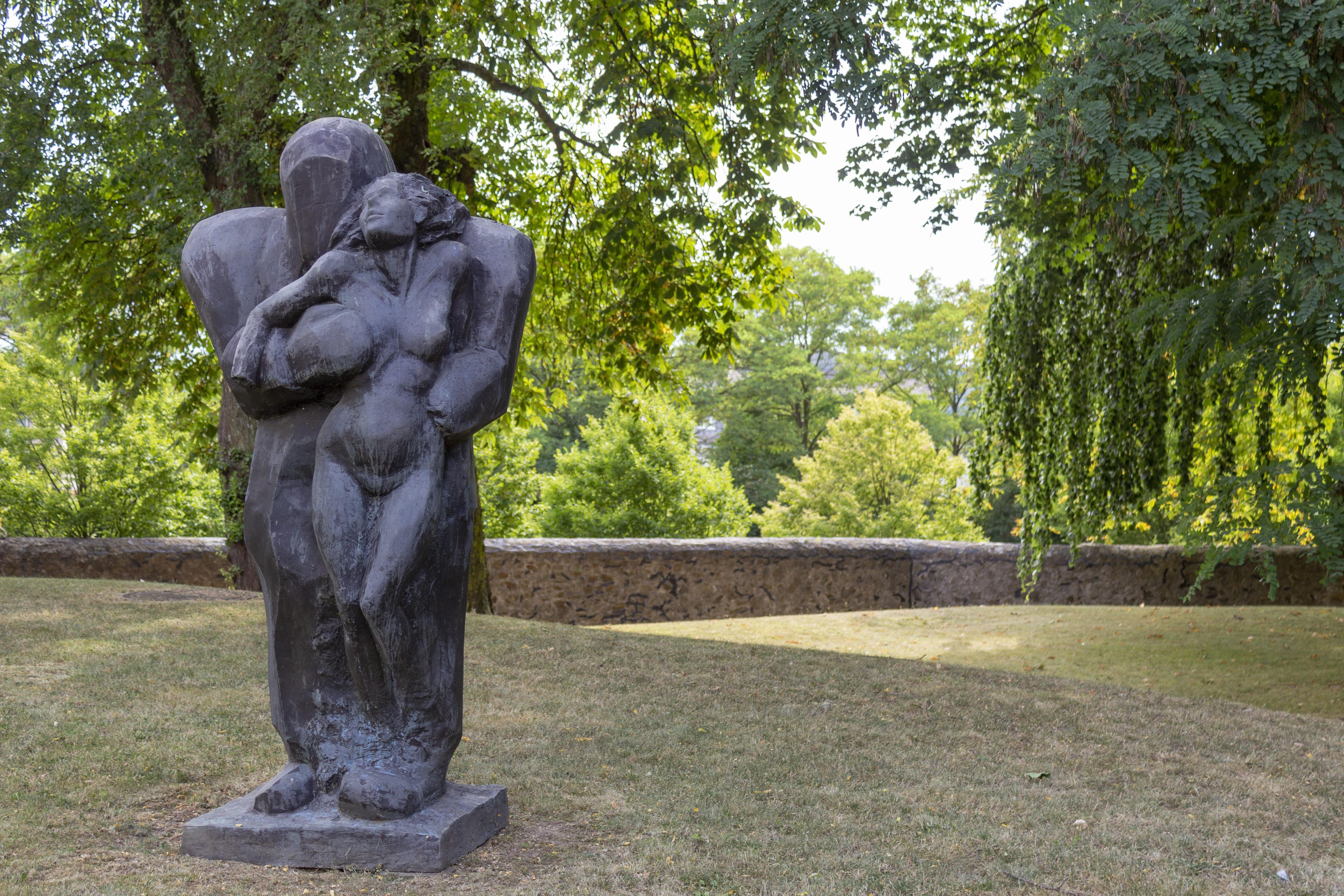 Das Thema der Schönen und das Biest im Gewerbepark des ZHTK im Skulpturengarten