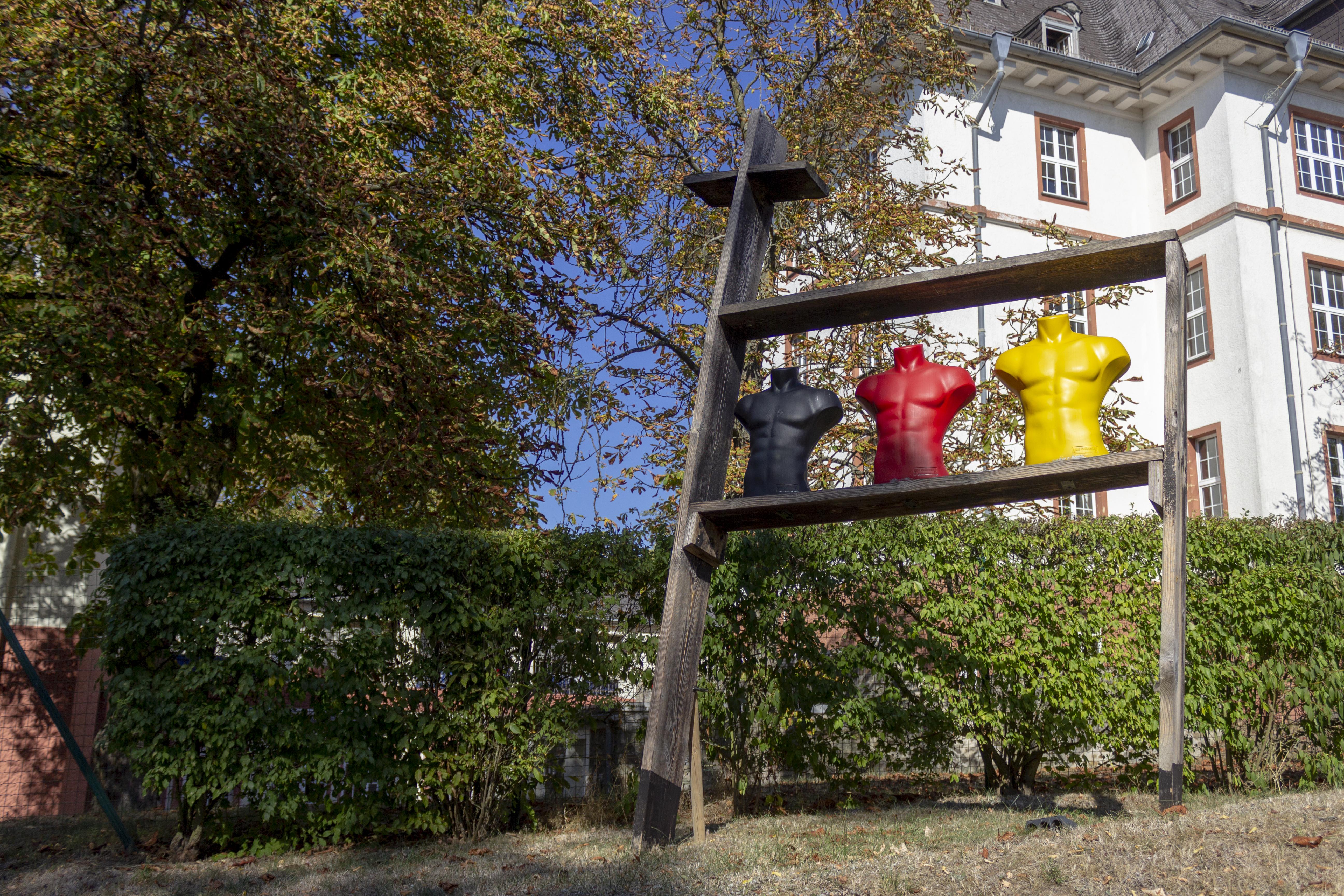 Viele Skulpturen auf der Fläche des Gewerbeparks des ZHTK