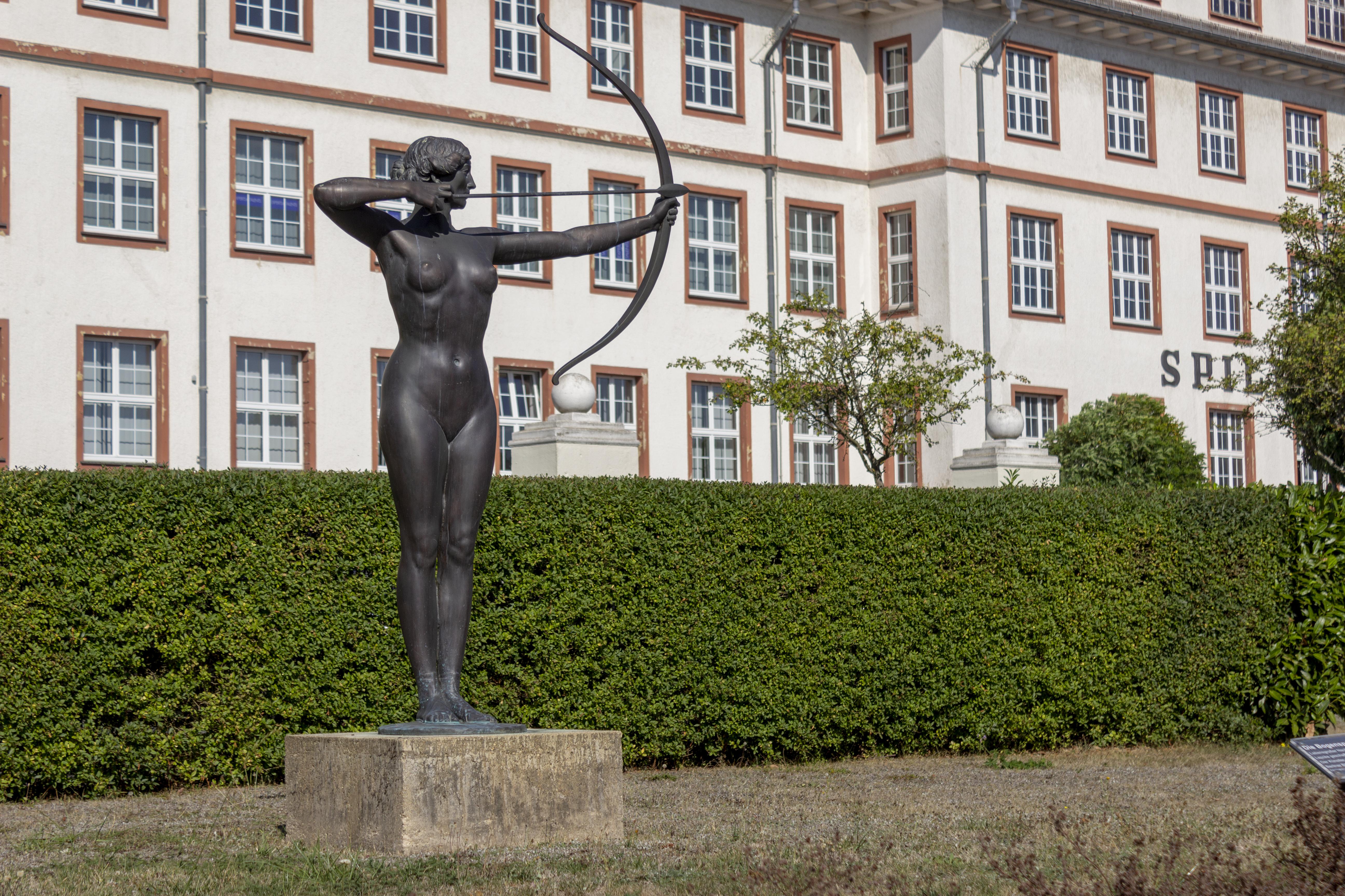 Die Bogenspannerin in unserem Skulpturengarten zeigt die Zielstrebigkeit des ZHTK in Wetzlar